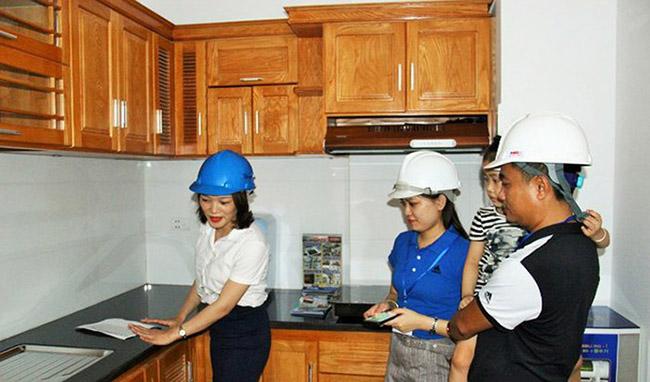 Khách hàng tham quan căn hộ mẫu tại dự án Arita Home